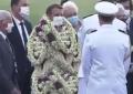 Macron in Polinesia sommerso da collane di fiori: è pieno dalla testa ai piedi! VIDEO