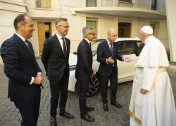 Bmw Italia ha donato una i3 a Papa Francesco