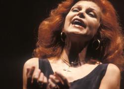 Il Teatro alla Scala rende omaggio a Milva:  gli scatti  più belli sul palcoscenico