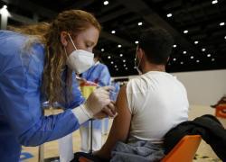 Vaccino Covid, terza dose al via oggi: ma gli esperti frenano