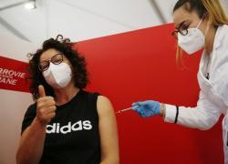 """Vaccino AstraZeneca, Inghilterra non ha paura: """"Vicini a immunizzazione di massa"""""""