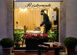Covid, in quanti si può mangiare al ristorante: oltre 4 persone, ma solo... La soluzione