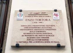 Enzo Tortora. Una targa in sua memoria apposta a Milano in via Piatti, dove abitava