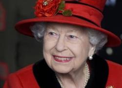 Regina Elisabetta pianta una rosa per il Principe, Filippo oggi avrebbe compiuto 100 anni