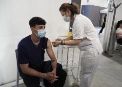 Vaccino Covid, soluzione fisiologica a 6 persone al posto di Pfizer