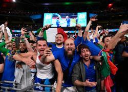 Vittoria Italia, finalmente sono tornati gli abbracci: ora non si usino come scusa per chiudere tutto