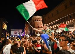 """Festeggiamenti europei, Oms avverte: """"Devastante contagio in diretta"""""""