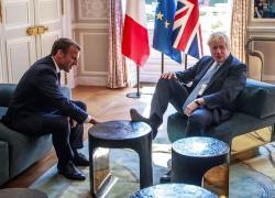 """Crisi Francia-Usa, Johnson: """"Il nostro amore per la Francia è inestirpabile"""""""