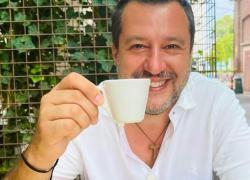 Covid, Matteo Salvini si è vaccinato: la foto-indizio con il QR code