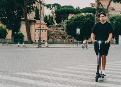 Incidente tra monopattino elettrico e auto a Roma: morto un 34enne