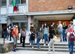 """Scuola, positivi in aumento: pronte le """"micro-bolle"""". E il Green pass?"""
