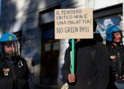 Tamponi, a Torino farmacie prese d'assalto: interviene la polizia
