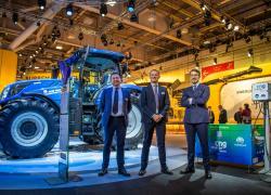 Snam4Mobility e New Holland presentano a EIMA il primo trattore a gas naturale e biometano