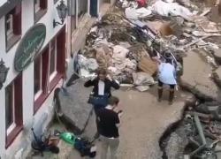 Inondazione Germania, sospesa giornalista: aveva finto di aver aiutato a ripulire infangandosi. IL VIDEO