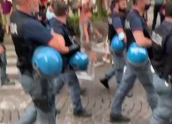 Green pass obbligatorio, proteste a Milano: poliziotti si uniscono a manifestanti. IL VIDEO
