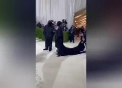 Met gala 2021: tema e outfit. Kim Kardashian sorprende con un outfit misterioso. VIDEO