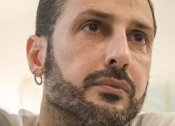 Fabrizio Corona viola tutti i divieti: senza mascherina, abbraccia i fans e parcheggia in sosta vietata