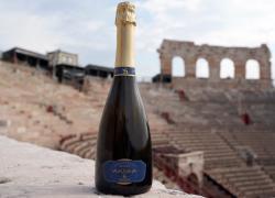 Vino. Sartori partner ufficiale di Fondazione Arena con Arnea Soave Brut presentato in un nuovo packaging