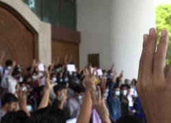Myanmar, studenti in piazza: tre dita al cielo contro il golpe