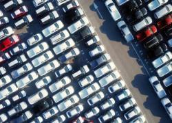 Auto, per gli italiani inquina ma resta indispensabile