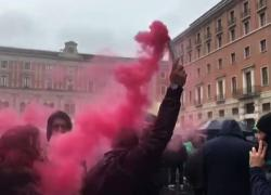 A Roma la protesta contro le chiusure, tra petardi e fumogeni