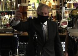 Gb, il premier Johnson si gode la prima pinta di birra