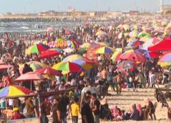 Bagnanti in spiaggia di Gaza a una settimana dal cessate il fuoco