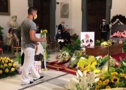 """Carrà, fan e amici alla camera ardente: """"Ciao Raffa nazionale!"""""""