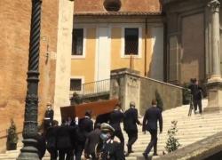 Maxischermo e folla per l'ultimo saluto a Raffaella Carrà