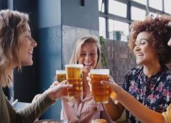 Una birra con gli amici: la voglia di un'estate normale ma sicura