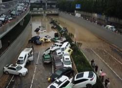 In Cina le immagini dopo l'alluvione, cumuli di auto incastrate