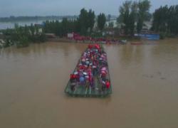 Cina, i villaggi inondati sfollati con un ponte d'emergenza