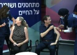 Il presidente israeliano Herzog riceve la terza dose di vaccino