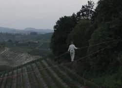 Il funambolo Andrea Loreni sospeso tra le vigne delle Langhe