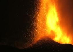 Canarie, lava del vulcano inghiotte centinaia di case a La Palma