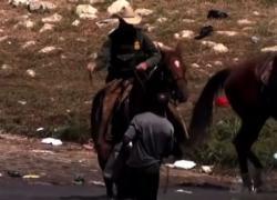 Agenti Usa frustano migranti che provano a passare confine