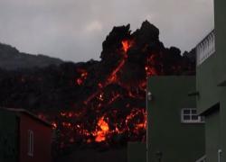 La lava vulcano a La Palma va verso mare: si temono gas tossici