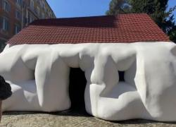 Roma, le bizzarre e gigantesche opere di Erwin Wurm a via Veneto