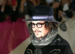 Folla a Roma per Johnny Depp: selfie e abbracci con i fan