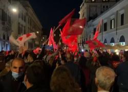 """La piazza di Gualtieri canta """"Bella ciao"""""""