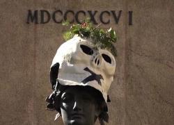 Maschere a forma di teschio sulle statue di varie città italiane