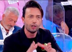 """Uomini e Donne, Maria De Filippi contro Armando: """"Che problemi hai? Senza pa**e"""". Video"""