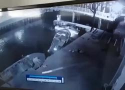 Incidente sul lago di Garda: uno non si regge in piedi e cade in acqua VIDEO