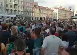 """Green pass, iniziano le proteste. I manifestanti: """"No dittatura, no dittatura. Libertà, libertà"""""""