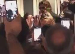 Can Yaman arriva a Palermo per le riprese di Viola come il mare: delirio in aeroporto. VIDEO