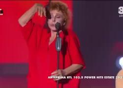 Power Hits Estate 2021, Ornalla Vanoni canta in playback ma se ne dimentica: IL VIDEO
