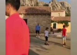 Lewandowski Sardegna, il campione gioca a calcio con i bambini: che numeri! IL VIDEO