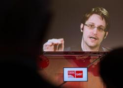 """Pegasus, Snowden: """"Con gli spyware nessun telefono sicuro"""""""
