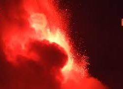 L'Etna erutta di nuovo, l'avanzamento di una colata di lava