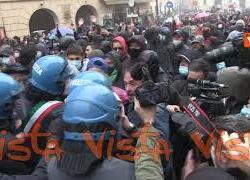 La bomba carta rimbalza tra manifestanti e polizia, alla fine esplode tra i piedi di un giornalista